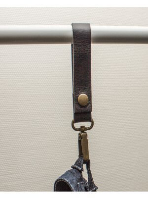 Læderstrop med karabinhage - sort