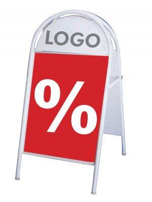 Hvidt sandwich-skilt med logoplade